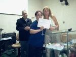 Missionária Dalva entregando para Sra. Sandra o certificado do Instituto Formação de Guerreiros
